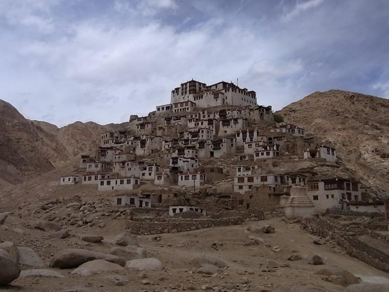 ラダックのゴンパ。まわりが村で、てっぺんに寺院兼政府。