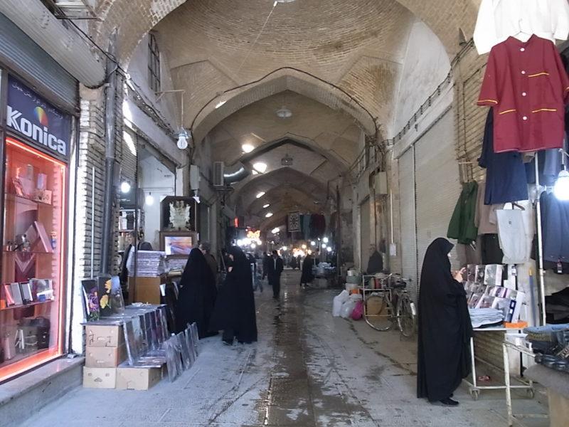 イラン、エスファハーンのマーケット。みなさんチャドル着てます。
